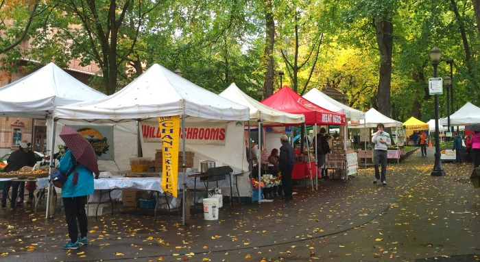 What to travel cheaply in Portland? Click through for Portland travel tips from a local on the best, cheapest food to eat, things to do, and places to go!
